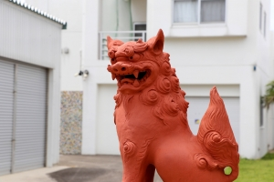 沖縄でよく見かけるポピュラーな赤褐色のシーサー