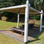 【2021年】遊具が密集+目立つすべり台が特徴!沖縄市の八重島公園に遊びに行ってみよう!Bエリア_休憩所