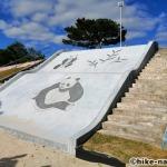 【2021年】パンダの絵が書かれているコンクリート巨大滑り台が特徴!うるま市の宇堅児童公園に遊びに行ってみた!_パンダの絵が書かれているコンクリート巨大滑り台