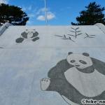 【2021年】パンダの絵が書かれているコンクリート巨大滑り台が特徴!うるま市の宇堅児童公園に遊びに行ってみた!_パンダの絵が書かれているコンクリート巨大滑り台2