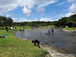 うるま市の倉敷ダム「やんばるの森(ヤンバルムイ)」水遊び体験をご紹介します!_たくさんの人で賑わっています