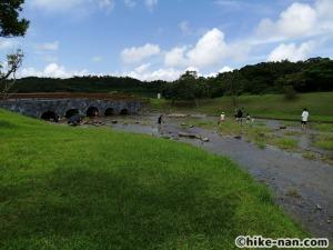 うるま市の倉敷ダム「やんばるの森(ヤンバルムイ)」水遊び体験をご紹介します!_奥に橋が見えます