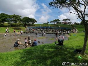 うるま市の倉敷ダム「やんばるの森(ヤンバルムイ)」水遊び体験をご紹介します!_皆さん楽しそうですね