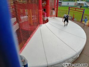 【2021年】言うことなしの大型公園!沖縄市の沖縄県総合運動公園内にある大型遊具施設に遊びに行ってみた!_大型遊具トランポリン2