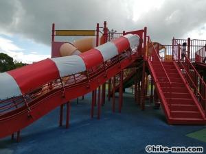 【2021年】言うことなしの大型公園!沖縄市の沖縄県総合運動公園内にある大型遊具施設に遊びに行ってみた!_大型遊具外観3
