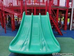 【2021年】言うことなしの大型公園!沖縄市の沖縄県総合運動公園内にある大型遊具施設に遊びに行ってみた!_大型遊具小さな滑り台5