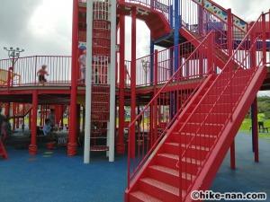 【2021年】言うことなしの大型公園!沖縄市の沖縄県総合運動公園内にある大型遊具施設に遊びに行ってみた!_大型遊具_外階段
