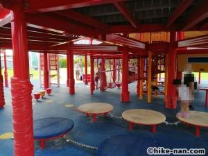 【2021年】言うことなしの大型公園!沖縄市の沖縄県総合運動公園内にある大型遊具施設に遊びに行ってみた!_大型遊具_遊具下