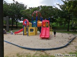 【2021年】言うことなしの大型公園!沖縄市の沖縄県総合運動公園内にある大型遊具施設に遊びに行ってみた!_小さなお子様が遊べる遊具エリア複合遊具